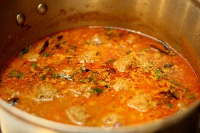kola-urundai-kuzhambu-south-indian-meatball-curry