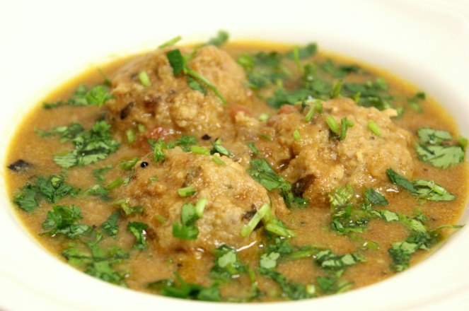Kola Urundai Kuzhambu (South Indian meatball curry)