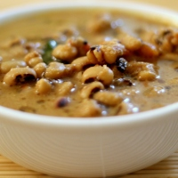 Karamani Puli Kuzhambu / Black-eyed peas in coconut-tamarind curry